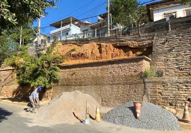 Prefeitura inicia reconstrução de muro que durou apenas um ano