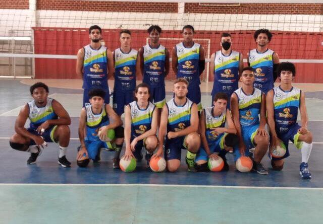 Equipe de vôlei de Itaperuna treina na Escola Humberto de Campos